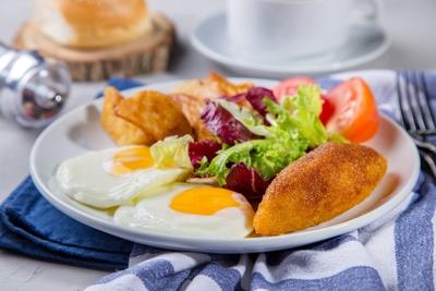 Сніданок київський з картоплею запеченою