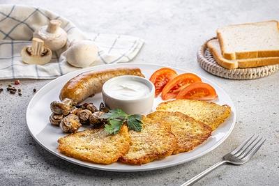 Сніданок з дерунами та ковбасою
