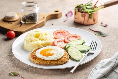 Сніданок з шніцелем та картопляним пюре