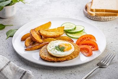 Сніданок з шніцелем та картоплею запеченою
