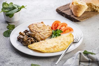 Сніданок з куркою та омлетом