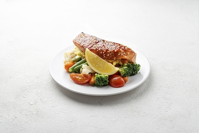 Лосось з соусом голландез запечений з овочами