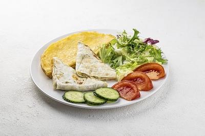 Сніданок з лавашем та омлетом